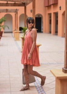 Бежевые сандалии в греческом стиле к платью терракотового цвета