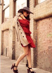 Бежевый тренчкот, шляпа и сандали в яркую полоску к терракотовому платью