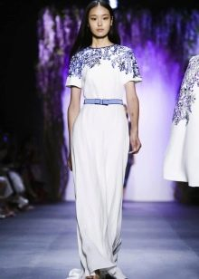 Белое платье с синим кружевом