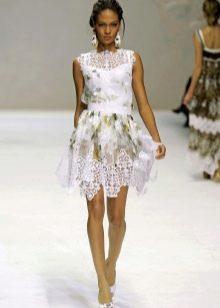 Белое платье с принтом и кружевом