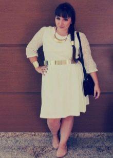 Трикотажное белое платье для полных и аксессуары к нему