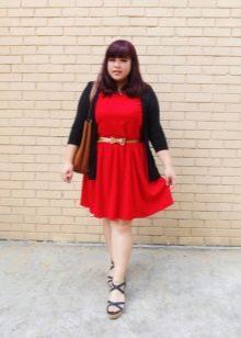 Красное трикотажное платье для полной девушки с золотистым пояском, черным кардиганом и босаножками