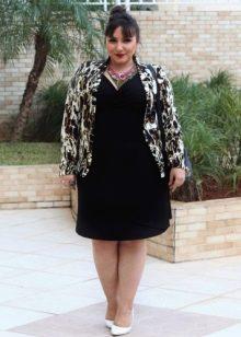 Черное трикотажное платье для полной женщины в сочетание с цветным жакетом
