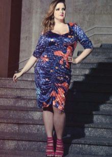 Синее трикотажное платье с оранжевым рисунком для полных