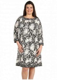 Бело-черное трикотажное платье для полных женщин
