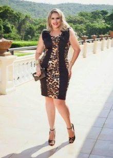 Обтягивающее трикотажное черное платье с леопардовыми вставками для полных