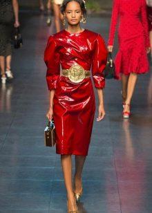 Вишневое платье с золотыми сережками и поясом