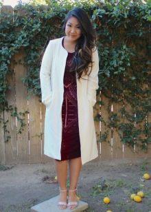 Вишневое платье с белым пальто