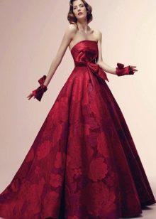 Вишневое платье с бордовыми цветами