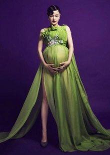 Длинное зеленое платье в пол для беременных