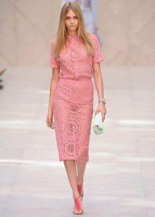 Розовое платье из гипюра миди