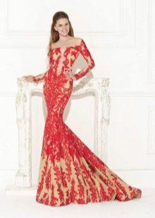 Красное гипюровое платье со шлейфом