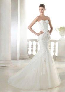 Свадебное гипюровое платье с баской