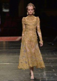Золотистое платье из гипюра миди