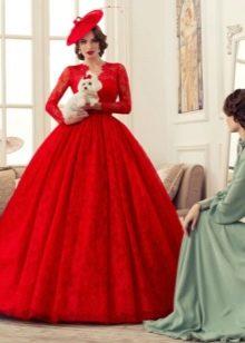 Пышное красное платье из гипюра