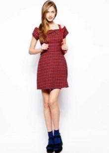 Короткое красное платье в клетку с горловиной-лодочкой