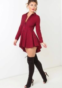 Короткое красное платье в клетку с удлиненным низом юбки сзади