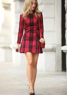 Красное платье в черную клетку