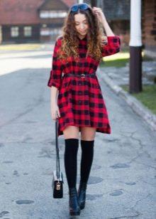 Красное платье в клетку с черными гольфами и черными низкими ботинками