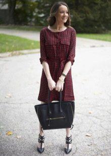 Красно-черное платье в мелкую клетку