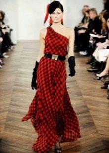 Длинное красное платье в клетку с черными босоножками