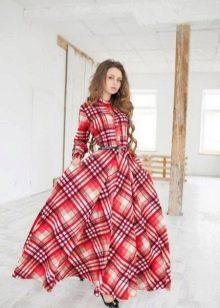 Длинное красное платье в клетку с пышной юбкой
