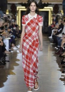 Длинное красное платье в белую клетку
