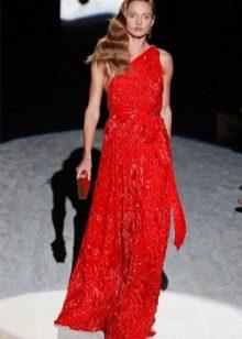 Красное кружевное платье на одно плечо