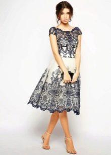 Черное-белое кружевное платье а-силуэта