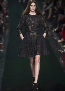 Черное короткое кружевное платье а-силуэта