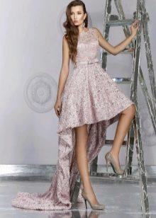 Кружевное платье со шлейфом короткое