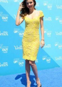 Желтое кружевное платье футляр