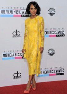 Желтое кружевное платье миди
