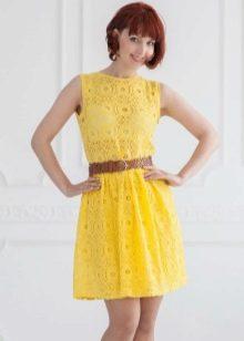 Желтое кружевное платье короткое