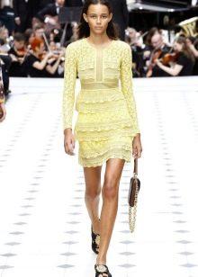 Желтое кружевное платье с рюшами