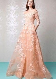 Персиковое  закрытое платье кружевное