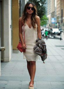 Бежевое льняное платье