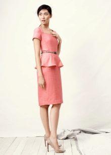 Льняное офисное платье с баской