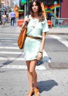 Короткое льняное платье голубого цвета