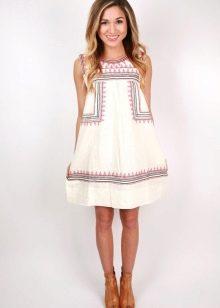 Льняное белое платье с вышивкой