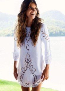 Белое короткое платье с перфорацией