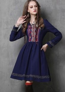 Льняное темно-синее платье с вышивкой