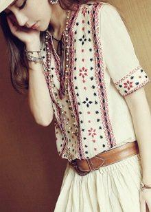 Красивая вышивка на льняном платье