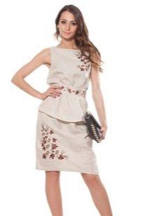 Льняное платье-футляр с вышивкой
