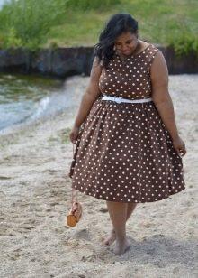 Коричневое в горошек платье-трапеция для полных женщин
