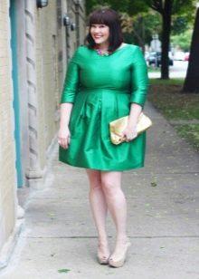 Короткое зеленое платье А-образного силуэта с рукавом три четверти для полных женщин