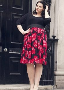 Платье с завышенной талией с черного цвета топом и красной с цветочным принтом юбкой для полных женщин
