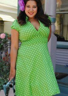 Зеленое в белый горошек короткое платье с завышенной талией для полных женщин