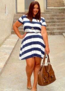 Полосатое платье-трапеция на ремешке для полных женщин в сочетание с коричневой сумкой