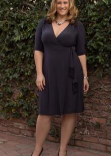 Офисное платье серого цвета с V-образным вырезом для полных